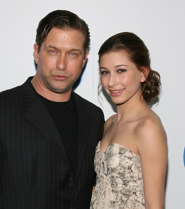 画像: 「ビフォー」として使われたのは、ヘイリーが父で俳優のスティーブン・ボールドウィンと一緒に参加した2011年のグラミー賞のあぷたーパーティーのレッドカーペットで撮影されたもの。