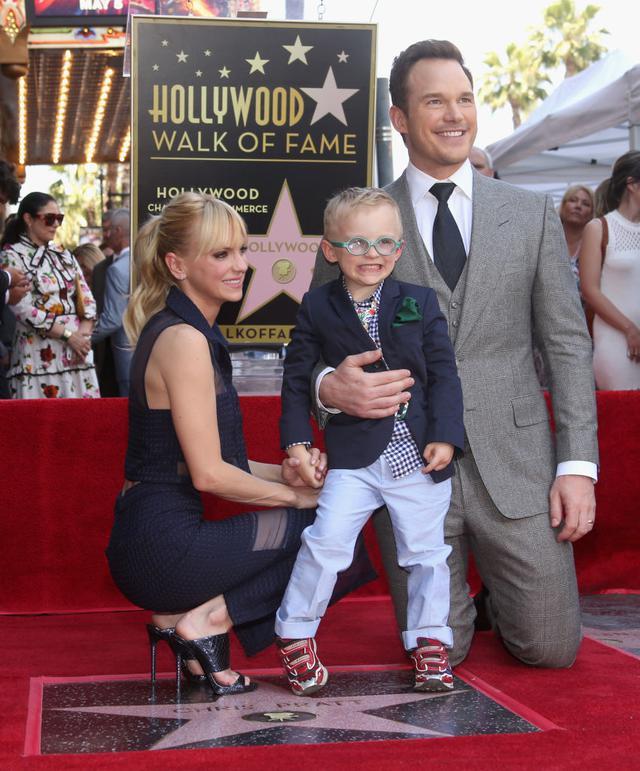 画像: 2017年、まだ結婚していた頃のアンナとクリス。ジャック君を連れて、クリスのハリウッドの殿堂入りを記念する星形プレート授与式に参加した。