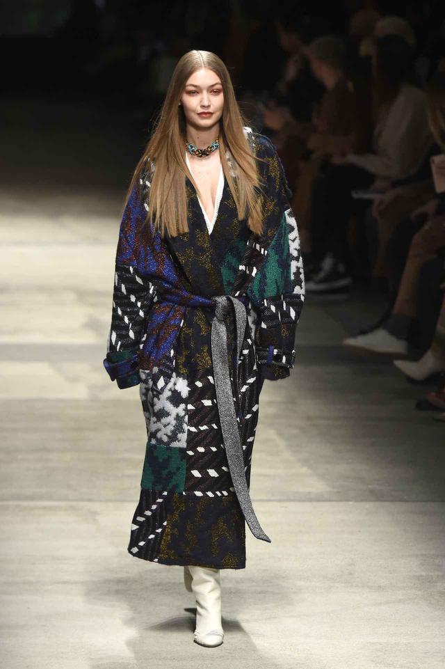 画像: 2月のファッションウィークでミッソーニのランウェイを歩くジジ・ハディッド。