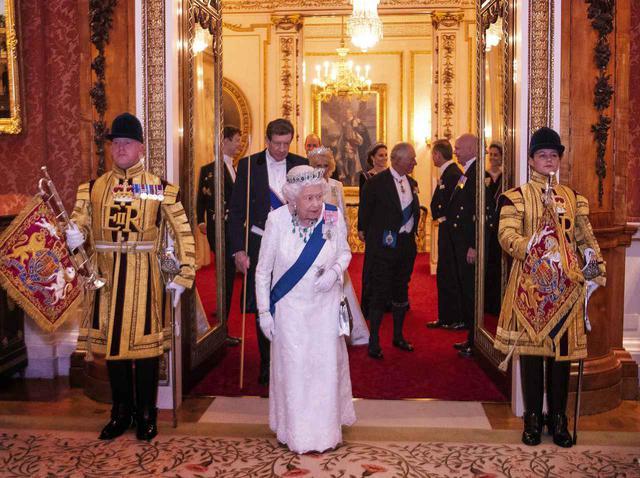 画像: エリザベス女王を守るために従者はどう働く?