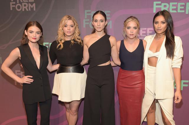 画像: (左から)『プリティ・リトル・ライアーズ』に出演したルーシー・ヘイル、サーシャ・ピーターズ、トローヤン・ベリサリオ、アシュレイ・ベンソン、シェイ・ミッチェル