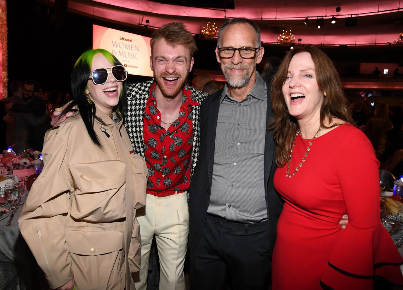 画像: 左からビリー、ビリーの兄で音楽プロデューサーのフィニアス・オコネル、父のパトリック・オコネル、母のマギー・ベアード。