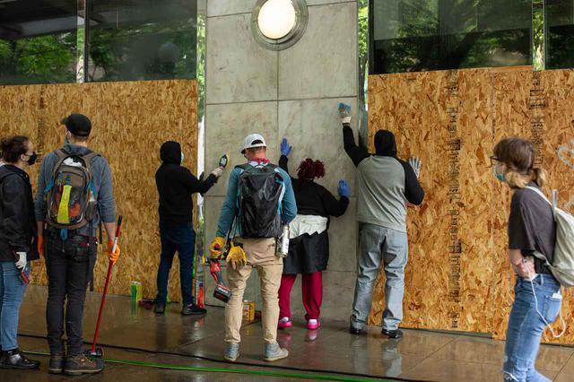 画像: 街を自主的に清掃する市民たち