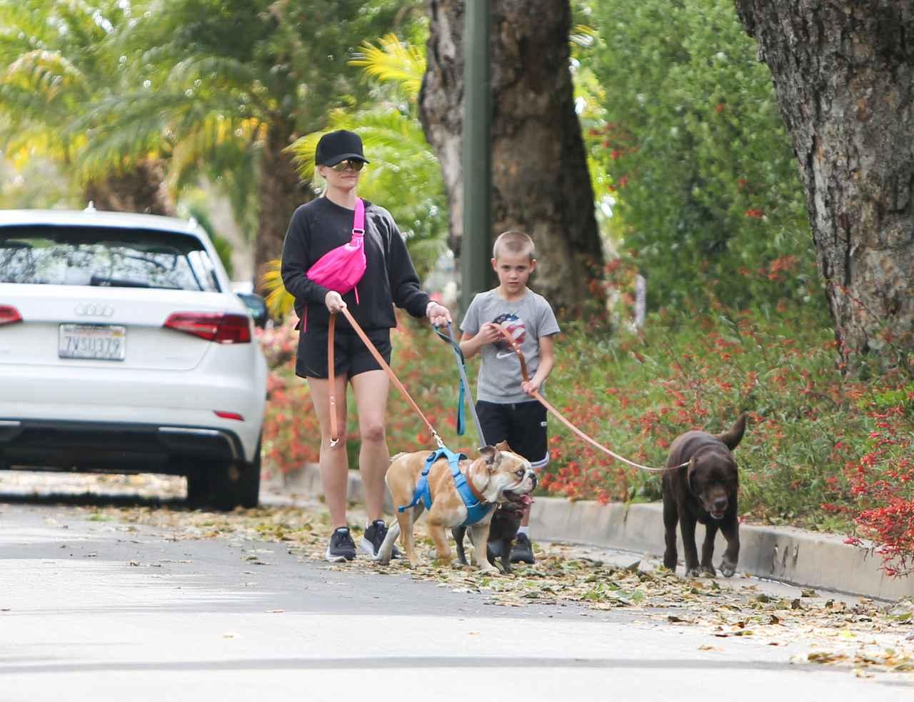 画像: 今年4月、一緒に犬の散歩をしているところを撮影されたリースとテネシーくん。
