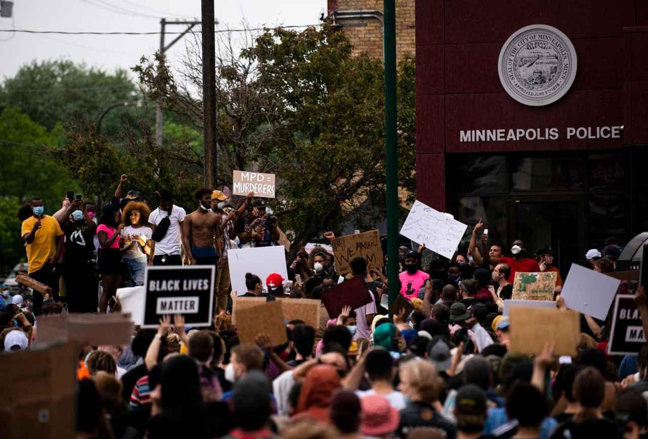 画像: ミネアポリスの警察署前に集り抗議を行なうデモ隊(5月26日撮影)。