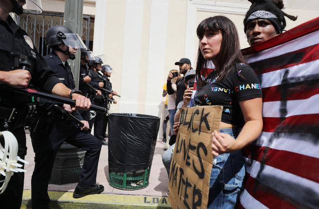 画像: ジョージ・フロイドの死を受けて発生した抗議デモで、市民と対立する警察。(2020年5月にロサンゼルスで撮影)
