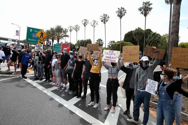 画像: インフルエンサーたちが抗議デモにあやかる