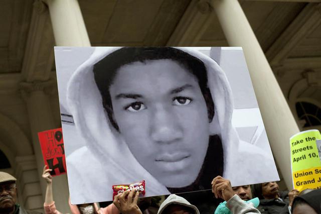 画像: 抗議デモでトレイボン・マーティン少年の写真を掲げる市民。(2012年にニューヨークで撮影)