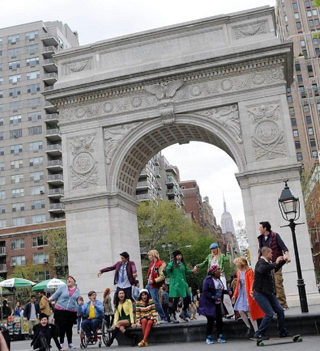 画像: 2011年にパパラッチがとらえた『glee/グリー』の撮影風景。