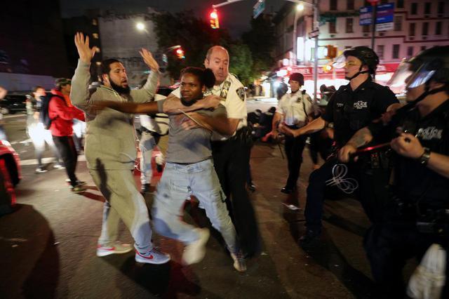 画像: Black Lives Matterの抗議デモで、市民を逮捕する警官。(2020年6月3日にニューヨークで撮影)