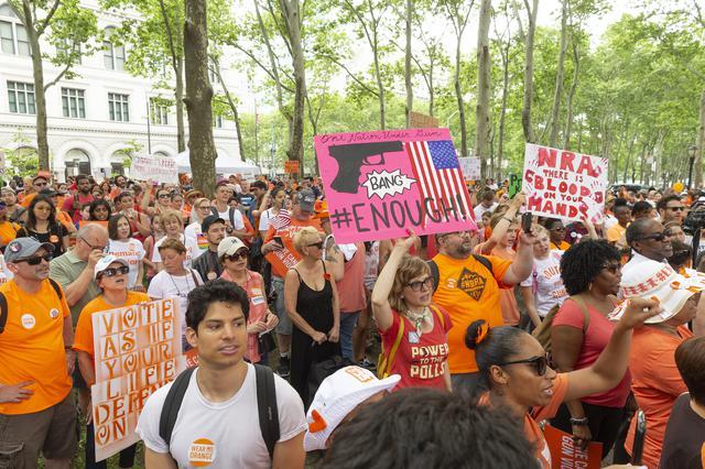 画像: 2018年にニューヨークで開催された「Wear Orange」のイベント