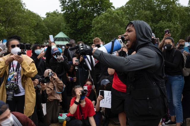 画像: デモは他国にも飛び火。ロンドンでも大規模なデモが行なわれ、 映画『スター・ウォーズ』の俳優ジョン・ボイエガが拡声機を持ってスピーチを行なった 。