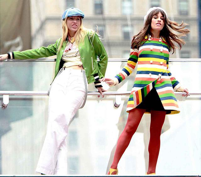 画像: 『グリー』の撮影に臨む、ヘザー・モリス(左)とリア・ミシェル(右)。