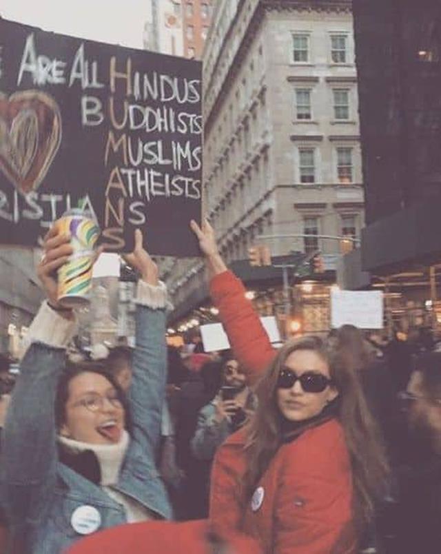 画像: ベラ・ハディッドとジジ・ハディッド姉妹もデモに参加