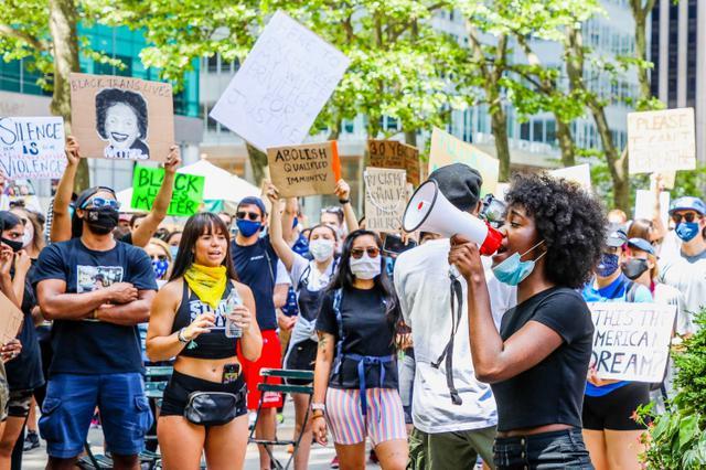 画像: 6月7日、ニューヨークのタイムズ・スクエア周辺で行なわれたデモの様子。