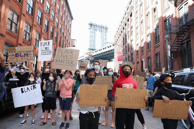 画像: 現地時間6月8日にブルックリンで行なわれた抗議デモには子供たちも参加した。
