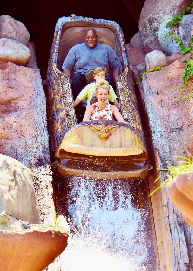 画像: カリフォルニアのディズニーランドで息子&ボディーガードとスプラッシュ・マウンテンを楽しむシンガーのブリトニー・スピアーズ。(2015年撮影)