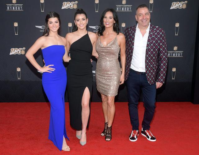 画像: ダメリオ一家。左から:チャーリー、姉のディクシー、母ヘイディ、父マーク。