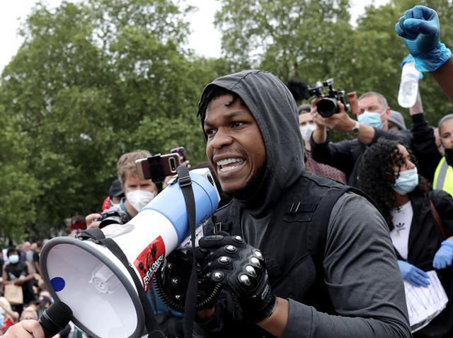 画像: ブラック・ライヴズ・マターのデモにて最前線でスピーチ