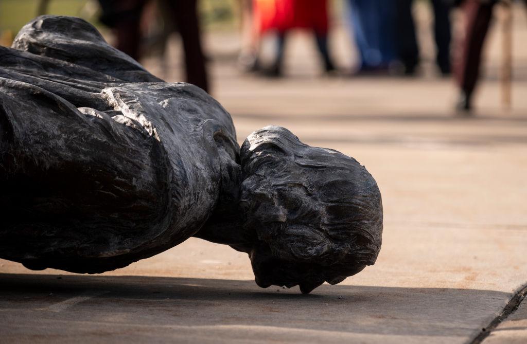 画像: 倒されたミネソタ州の州会議事堂のコロンブス像。