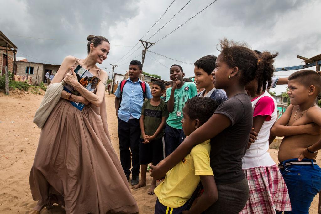 画像: 2019年6月コロンビアにある難民地域を訪問し、子供たちと交流するアンジェリーナ。