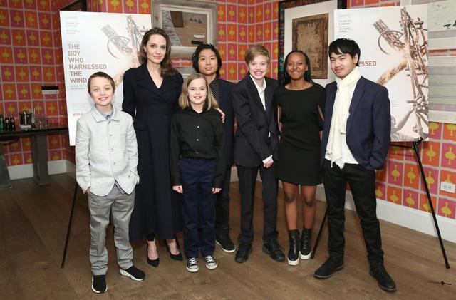 画像: 左からノックス、アンジェリーナ、ヴィヴィアン、パックス、シャイロ、ザハラ、マドックス。