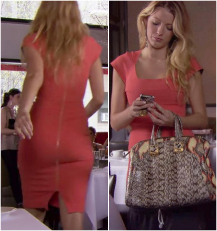 画像: 左側の写真ではドレスの下に何も履いていないが、右側の写真ではスウェットパンツを履いている。