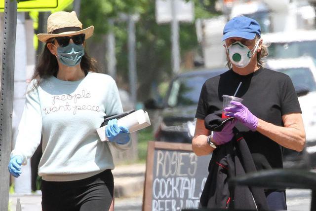 画像2: ポール・マッカートニーがつけているマスクに注目