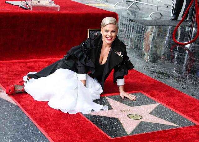 画像: ハリウッド・ウォーク・オブ・フェイムに名を連ねたシンガーのピンク。