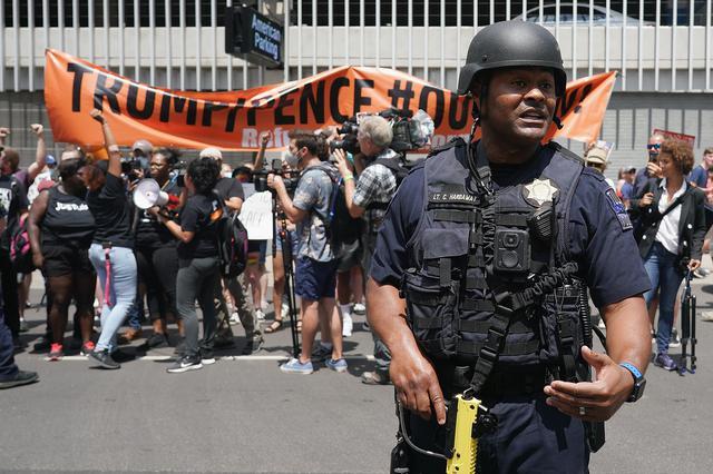 画像: 会場周辺ではトランプ米大統領に反対する人々がデモを行なっていた。