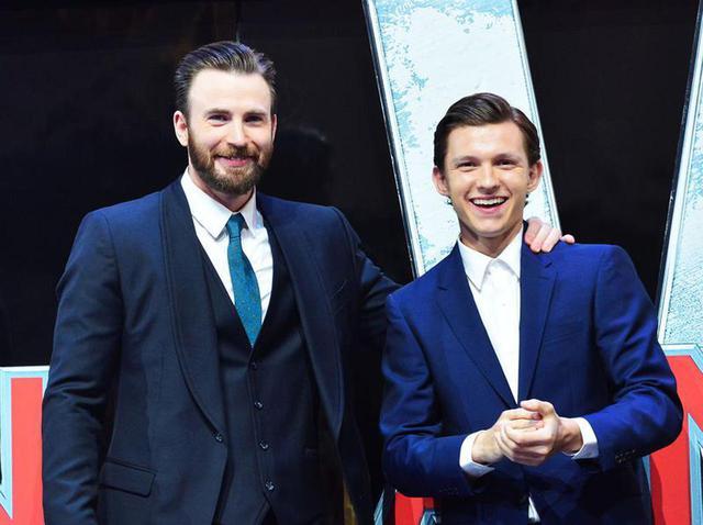 画像: クリス・エヴァンスと、MCU作品でスパイダーマンを演じたトム・ホランド。