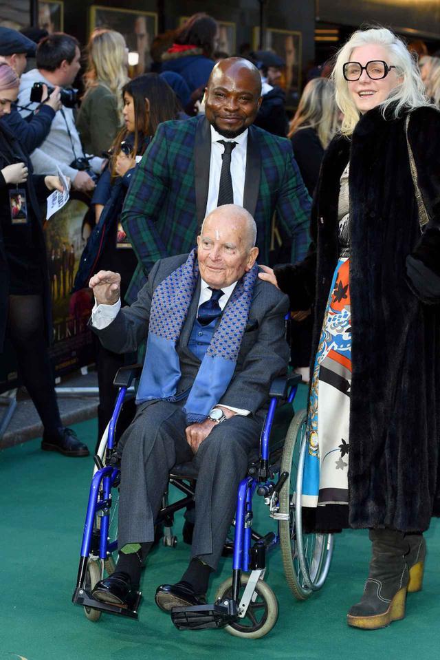画像: 2019年4月に行なわれた映画『トールキン 旅のはじまり』のロンドン・プレミアには、車椅子で登場した。