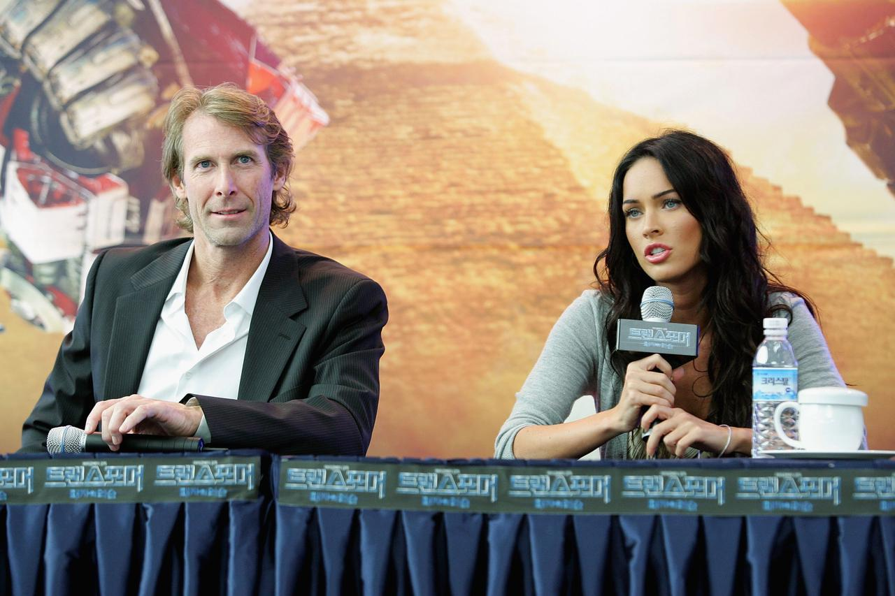 画像: マイケル・ベイ監督(左)とミーガン・フォックス(右)。