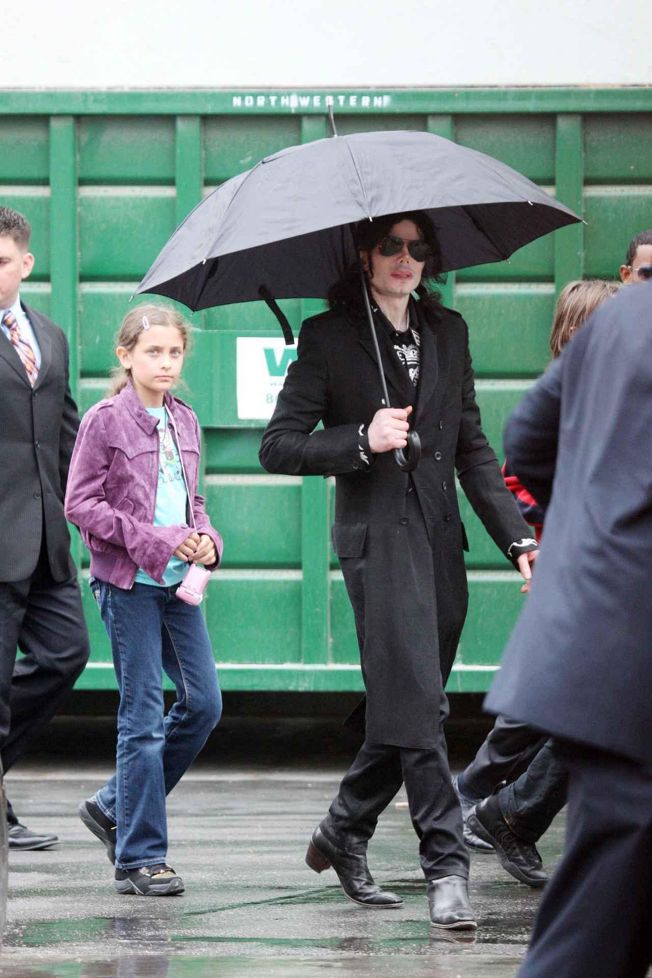 画像: 父親マイケル・ジャクソンと歩く幼い頃のパリス・ジャクソン。