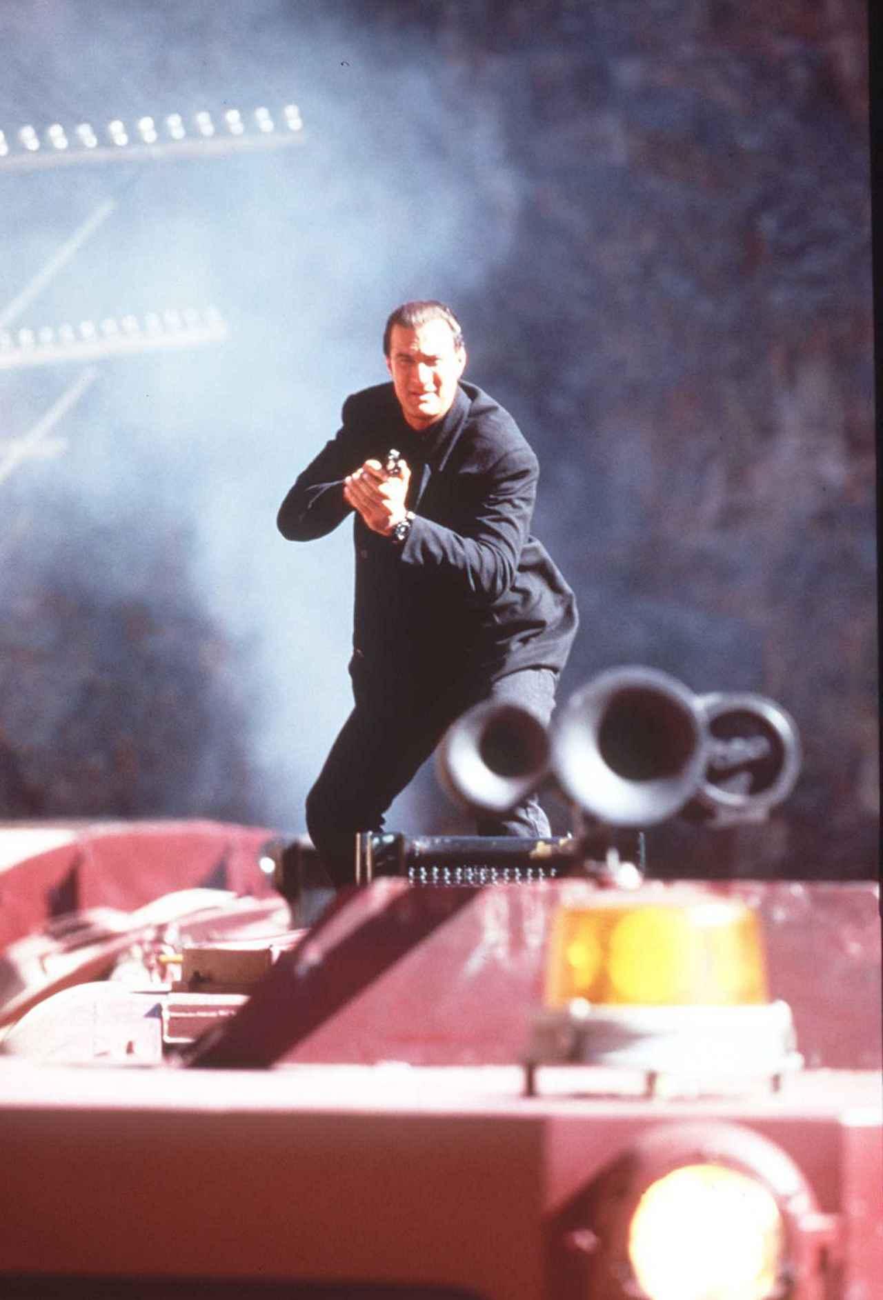 画像: 映画『暴走特急』(1995年公開)のワンシーン。