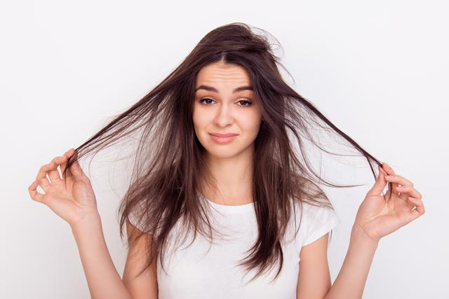 画像: なぜ梅雨は髪がうねりやすいの?