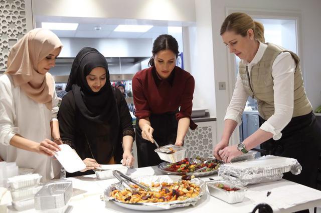 画像: 2018年11月にハブ・コミュニティ・キッチンの厨房を訪れたメーガン妃。
