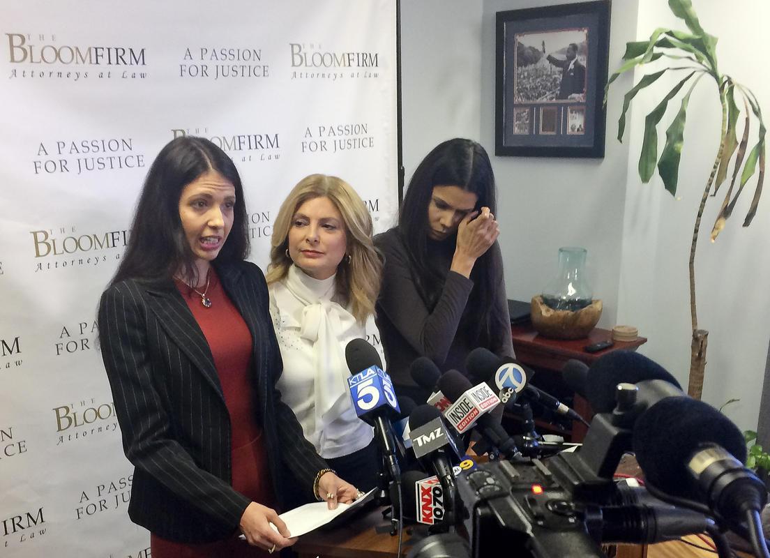 画像: 2018年3月、弁護士同伴で記者会見を開き、スティーヴンによる性的暴行の被害を訴えたの元俳優のレジーナ・シモンズと元モデルのファビオラ・デイディス。