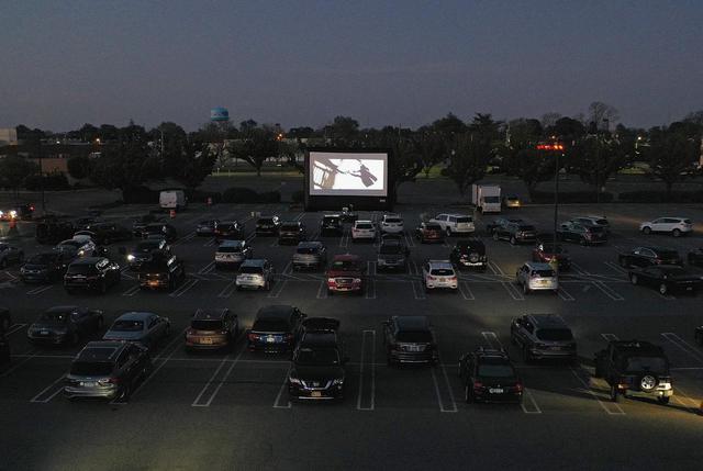 画像: 車から映画を楽しむドライブインシアター