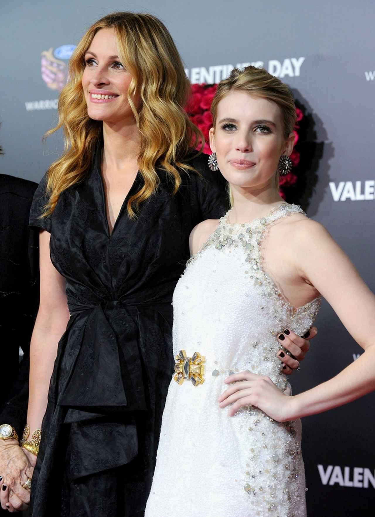 画像: ジュリアとエマは、映画『プリティ・ウーマン』のゲイリー・マーシャル監督による、さまざまな男女のバレンタインデーを描いたロマコメ映画『バレンタインデー』(2010年公開)にそれぞれ出演。プレミアでは叔母と姪が肩を並べた。