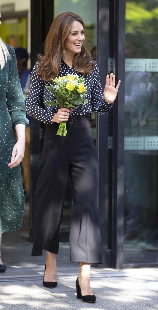画像: 約4,700円のZARAのパンツを履くイギリス王室のキャサリン妃。