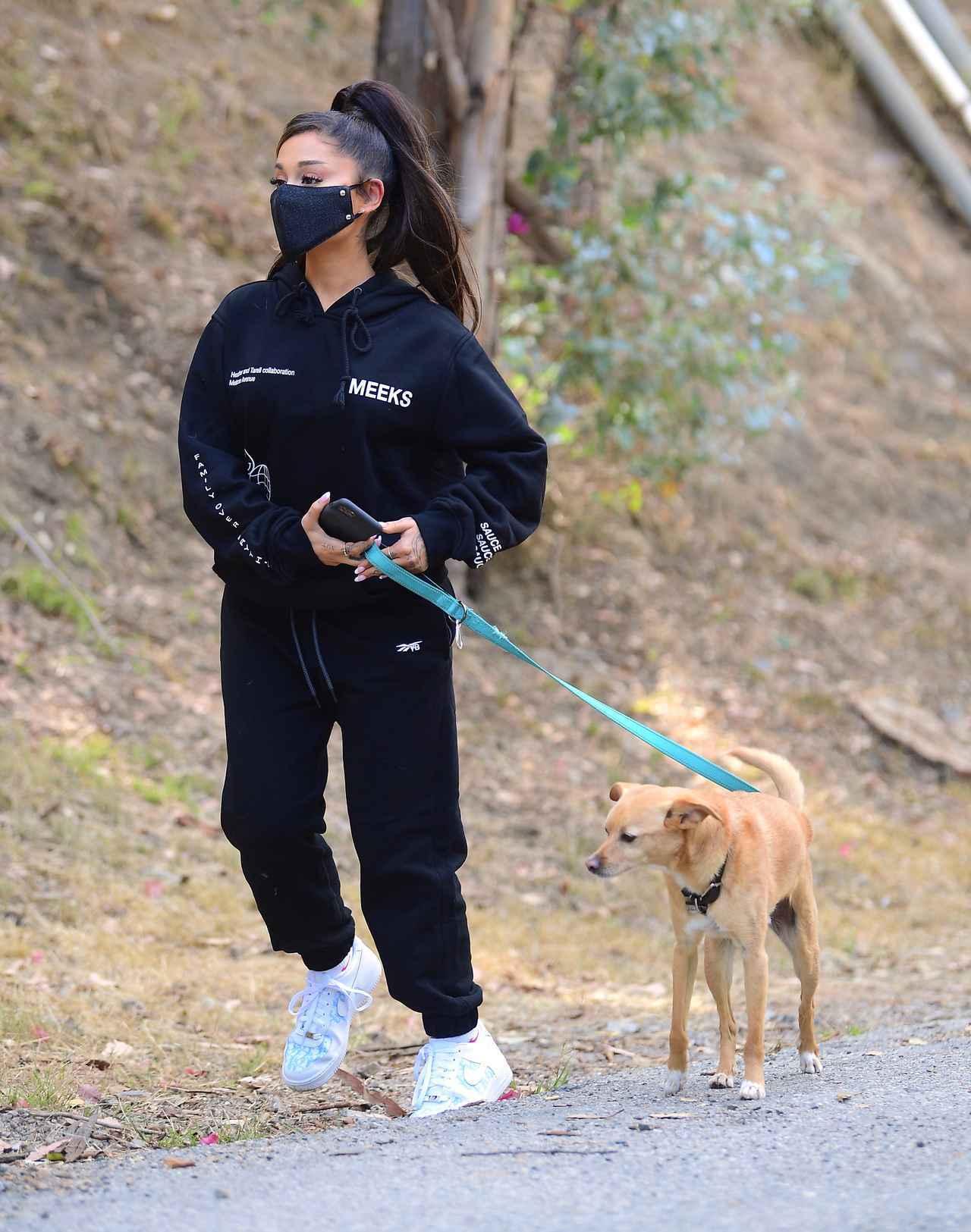 画像1: アリアナ・グランデが愛犬を連れてハイキング