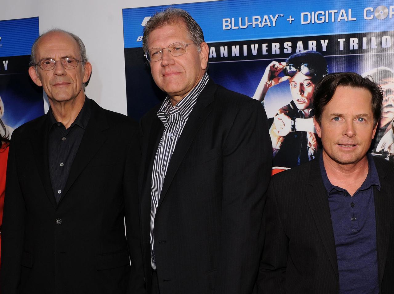 画像: (左から)2010年に撮影されたドク役のクリストファー・ロイド、ロバート・ゼメキス監督、マイケル・J・フォックス。