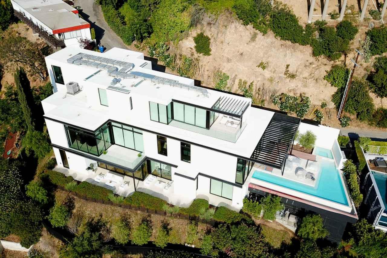 画像: ハリウッドヒルズにあるアリアナの新居。