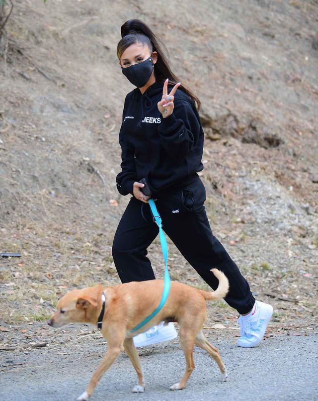 画像2: アリアナ・グランデが愛犬を連れてハイキング