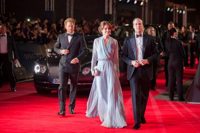 画像: 2015年、『007スペクター』のロンドンプレミアに登場したヘンリー王子、キャサリン妃、ウィリアム王子。