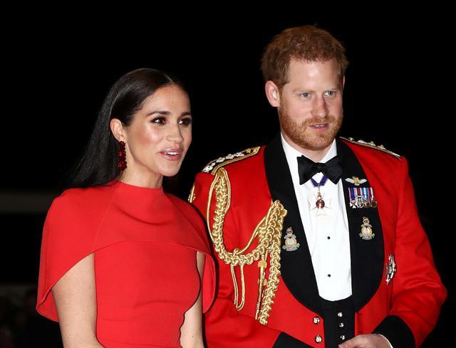 """画像: ロイヤルファミリーから""""卒業""""したメーガン妃(左)とヘンリー王子(右)。"""