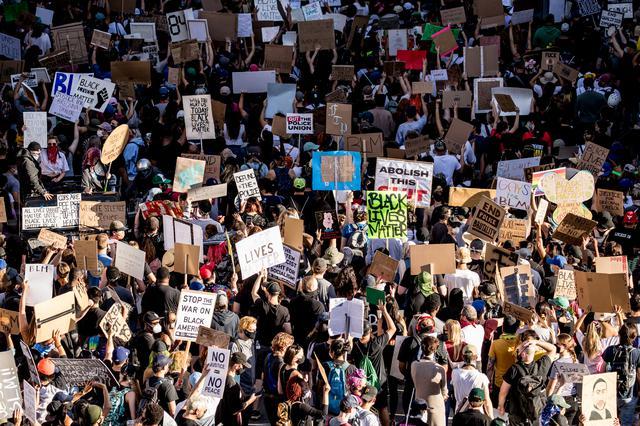 画像: Black Lives Matterの抗議デモに参加する大勢の人々。