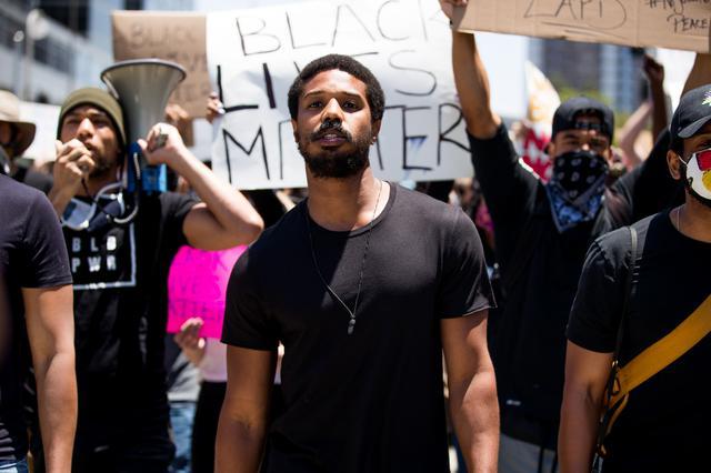 画像: 抗議デモに参加してスピーチを行なった、映画『ブラックパンサー』や『ロッキー』シリーズのスピンオフ作『クリード チャンプを継ぐ男』などの出演作で知られる俳優のマイケル・B・ジョーダン。