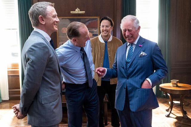 画像: 2019年6月、『007/ノー・タイム・トゥ・ダイ』の撮影セットを訪れ、主演のダニエル、フクナガ監督、M役のレイフ・ファインズと談笑するチャールズ皇太子。